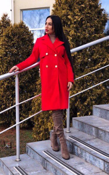 Стильное красное кашемировое пальто.