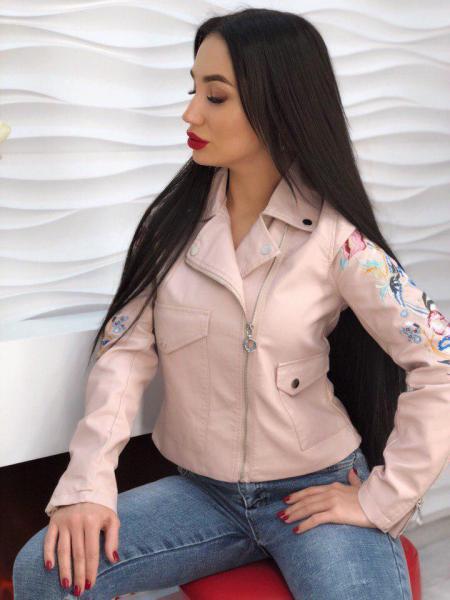 Стильная женская кожаная куртка .