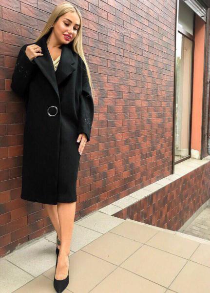 Черное стильное кашемировое пальто.