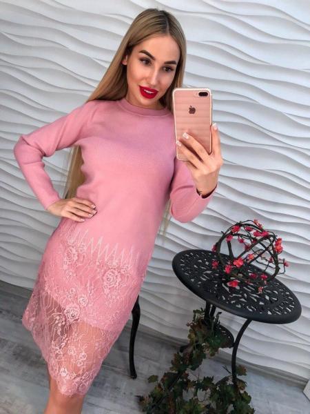 Женское розовое платье декорировано кружевом.