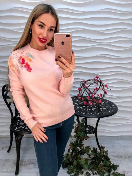 Женский розовый вязаный свитер декорирован жемчугом и паетками