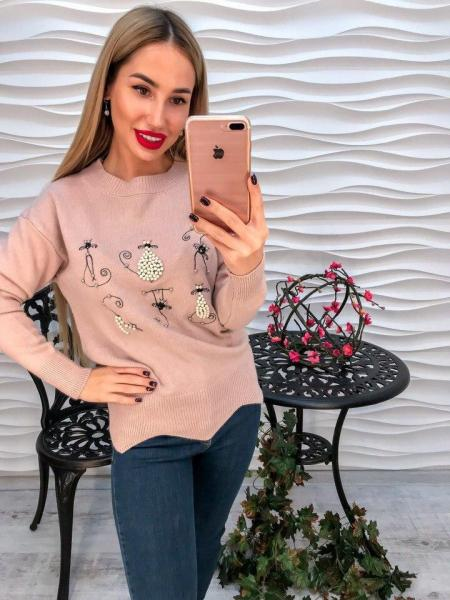 Женский  вязаный свитер декорирован жемчугом и накаткой