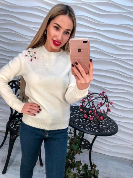 Женский белый вязаный свитер декорирован жемчугом и паетками