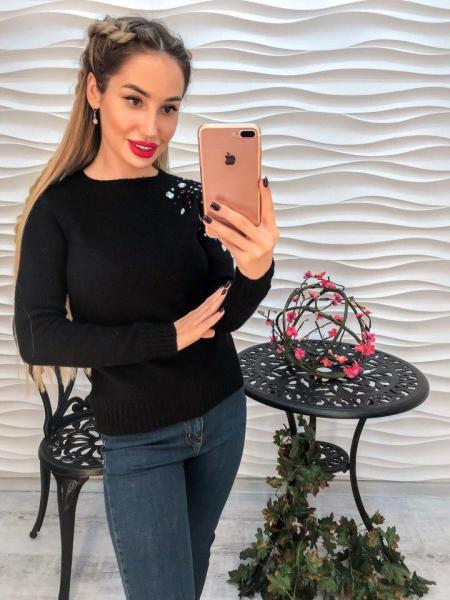 Женский черный вязаный свитер декорирован стразами