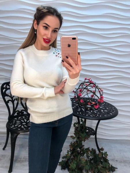 Женский белый вязаный свитер декорирован стразами