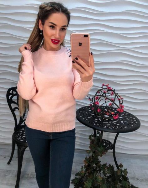 Женский розовый вязаный свитер декорирован стразами