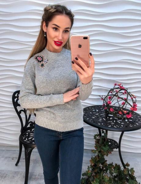 Женский серый вязаный свитер декорирован стразами