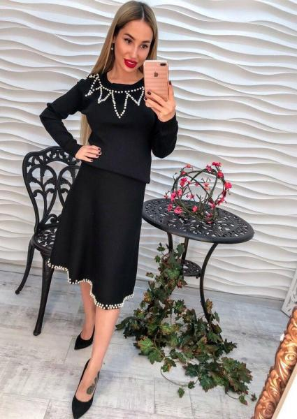 Стильный  черный женский костюм с жемчугом.
