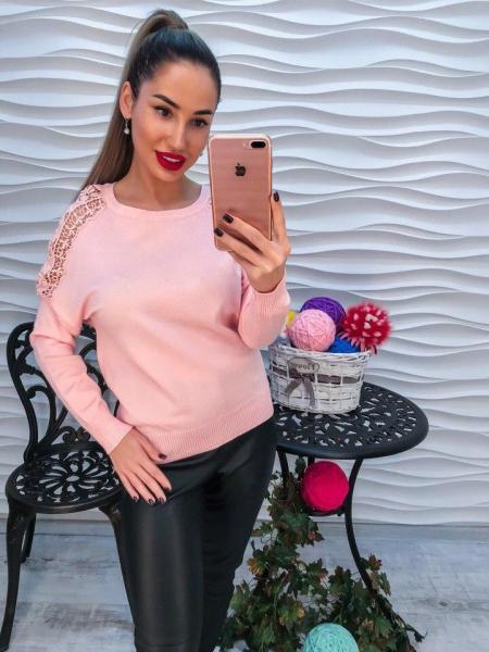 Красивый розовый свитер с кружевом.