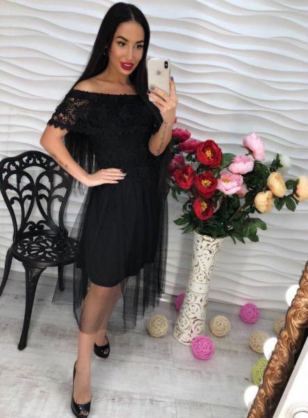Платье черное с открытыми плечами.