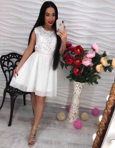 Белое легкое платье из креп-шифона.