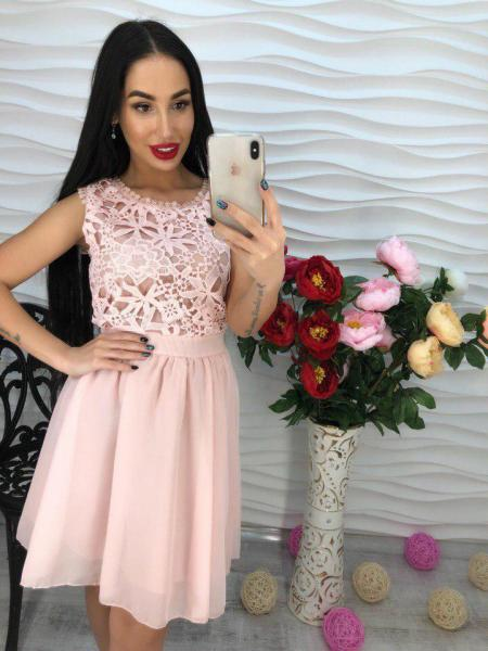 Розовое легкое платье из креп-шифона.