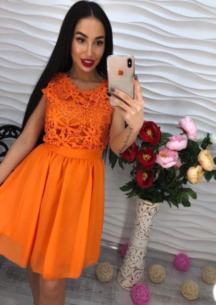 Оранжевое легкое платье из креп-шифона.