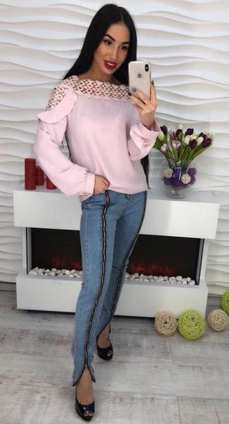 Стильная розовая блузка с кружевом.