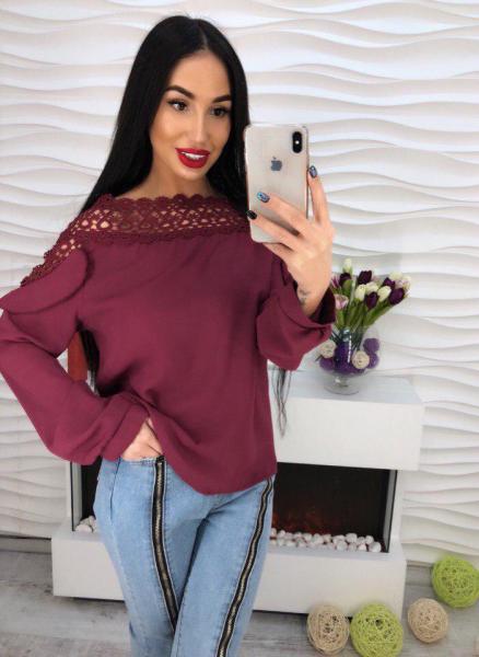 Стильная бордовая блузка с кружевом.