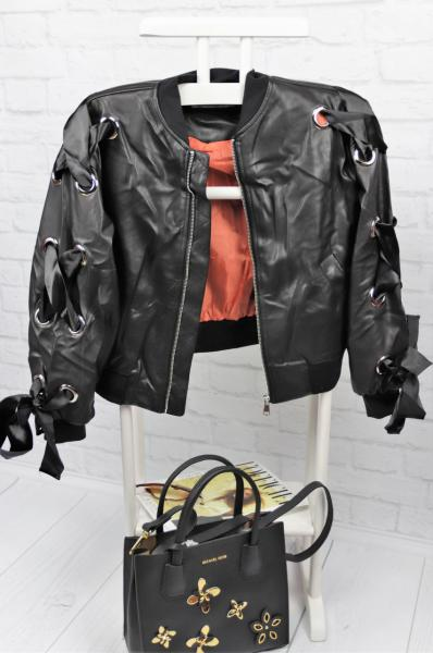 Стильная кожаная куртка с лентами.