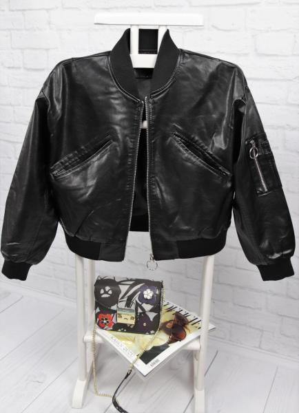 Стильная кожаная куртка с вышивкой на спине.