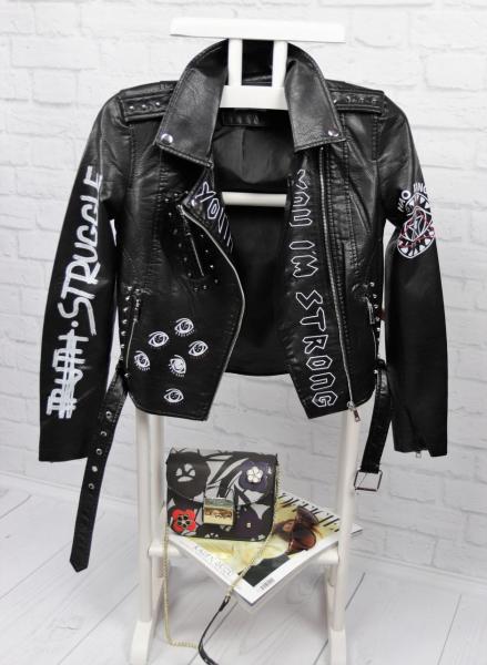 Стильная кожаная куртка с рисунками.