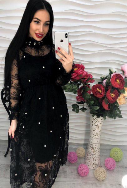 Красивое черное женское платье с жемчугом.