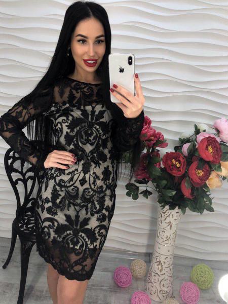 Короткое черное женское платье.