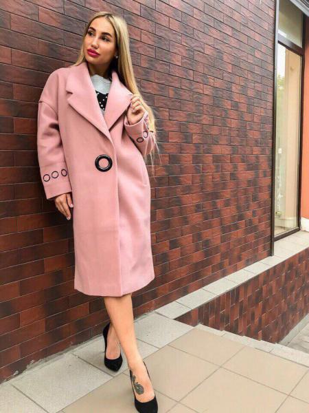 Розовое стильное кашемировое пальто.