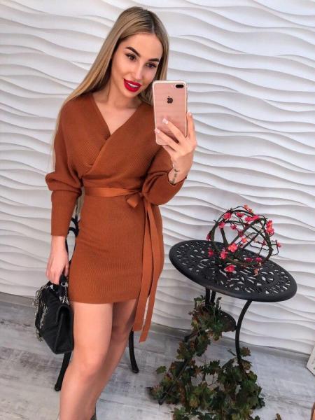 Модное короткое коричневое трикотажное платье.