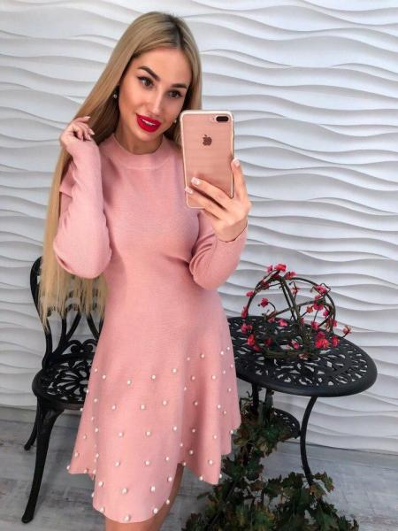 Женское теплое вязаное розовое платье с жемчугом.