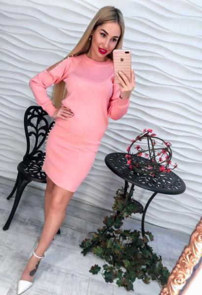 Элегантный розовый вязаный женский костюм с жемчугом.