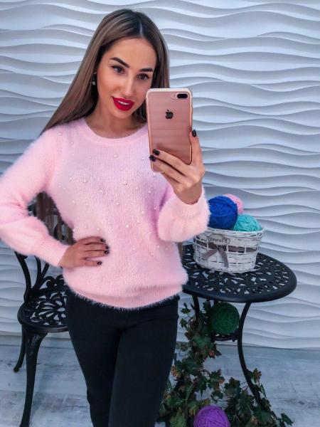 Стильный теплый свитер с ангорки розового цвета с жемчугом на груди.