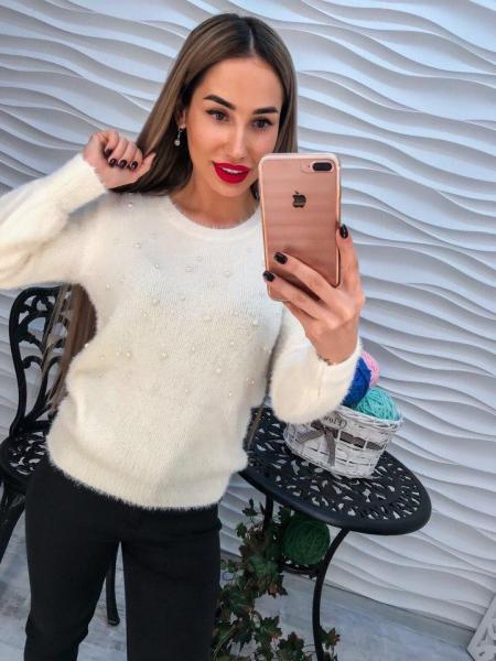 Стильный теплый свитер с ангорки белого цвета с жемчугом на груди.