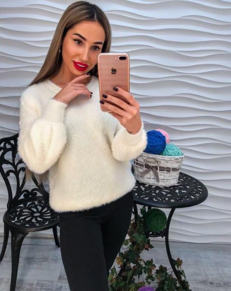 Стильный теплый свитер с ангорки белого цвета с жемчугом на рукавах.