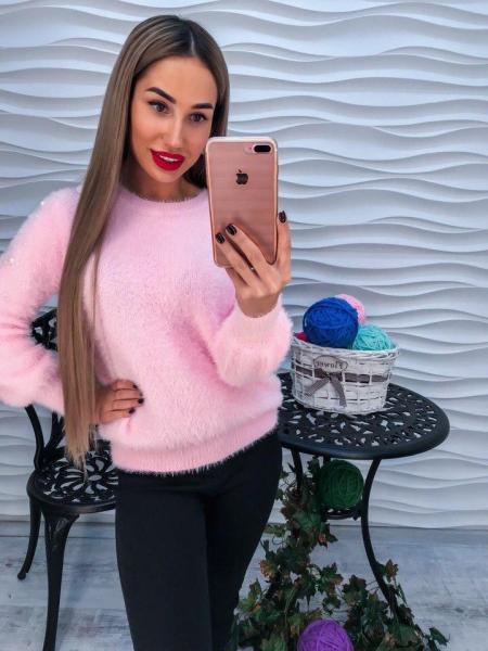 Стильный теплый свитер с ангорки розового цвета с жемчугом на рукавах.