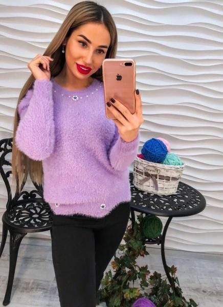 Стильный теплый свитер с ангорки фиолетового цвета с жемчугом и стразами.