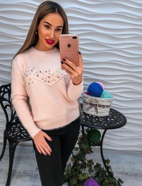 Стильный теплый свитер с ангорки  цвета пудра с разноцветным жемчугом.
