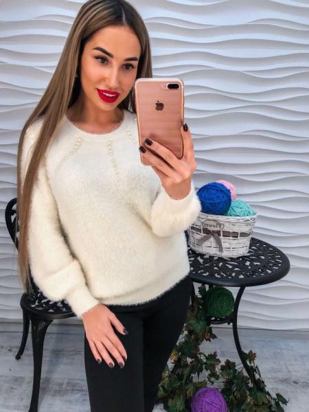 Стильный теплый свитер с ангорки белого цвета с жемчугом в виде лучиков.