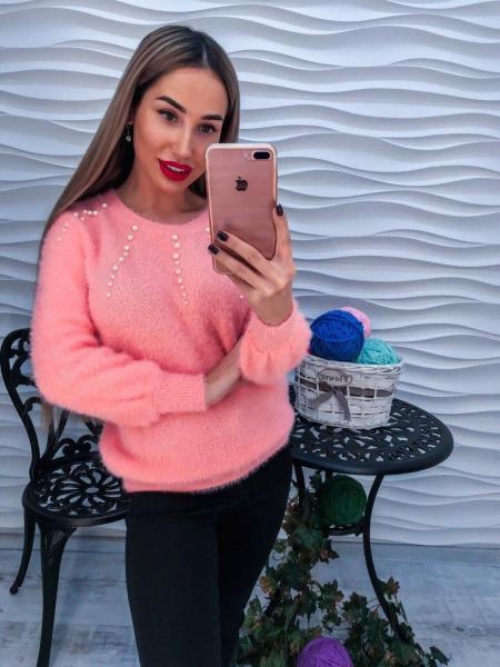Стильный теплый свитер с ангорки кораллового цвета с жемчугом в виде лучиков.
