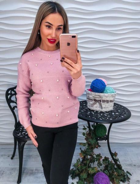 Красивый женский розовый свитер с жемчугом и  стразами.