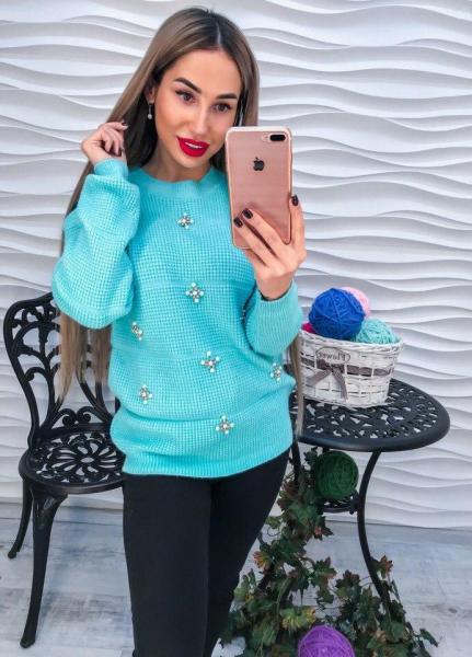 Красивый женский бирюзовый свитер с жемчугом и  стразами.