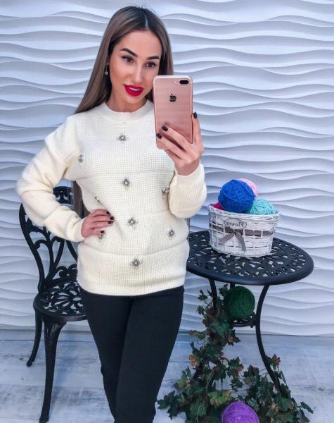 Красивый женский белый свитер с жемчугом и  стразами.