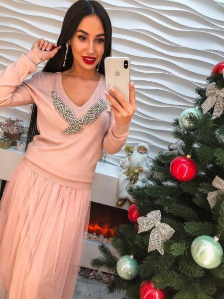 Женское трикотажное платье розового цвета.