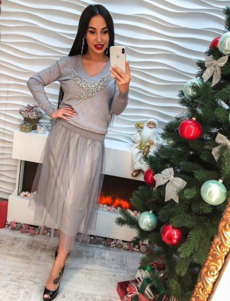 Женское трикотажное платье серое цвета.