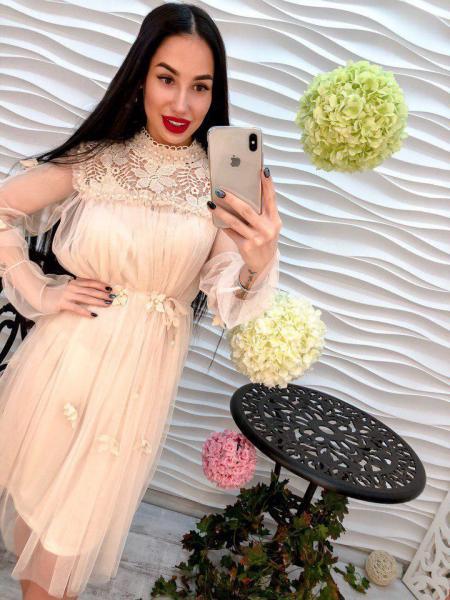Стильное женское платье из шифона с гипюром.