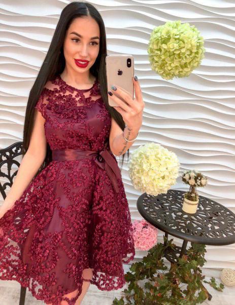 Красивое женское платье из органзы бордового цвета.