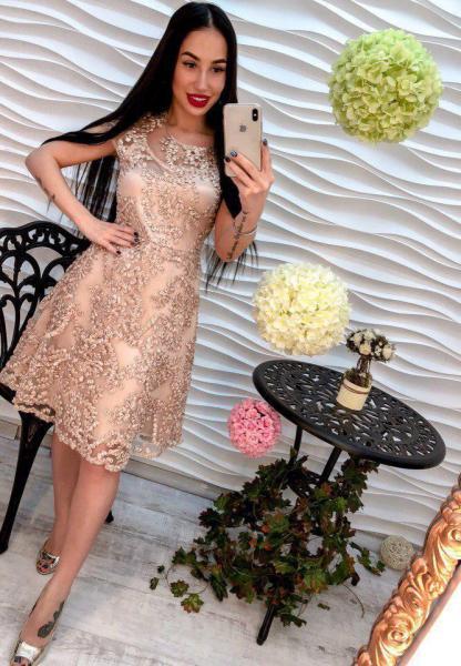 Красивое женское платье из органзы бежевого цвета.