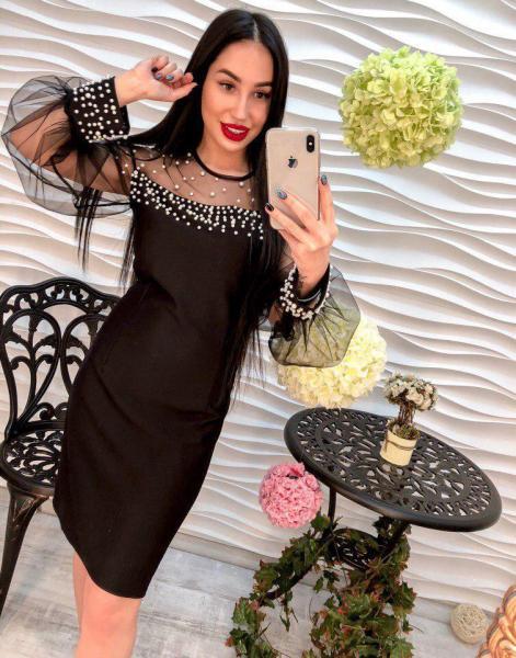 Очень красивое черное платье.