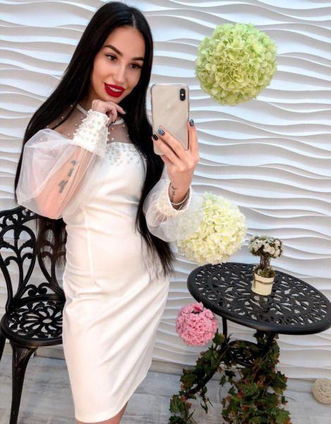 Очень красивое белое платье.