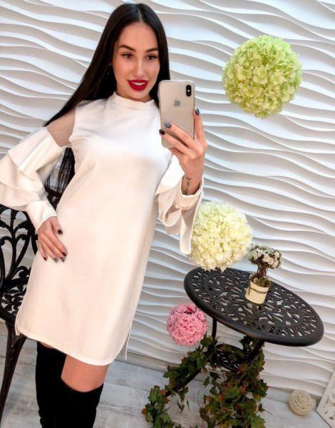 Стильное белое женское платье.