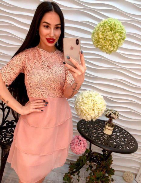 Женское розовое платье из креп-шифона.