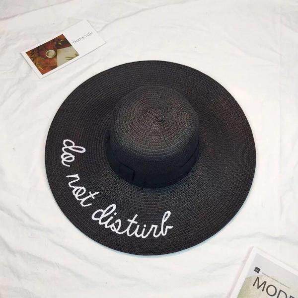 Женская соломенная шляпа черного цвета.