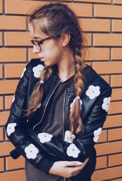 Стильная кожаная куртка с цветами.